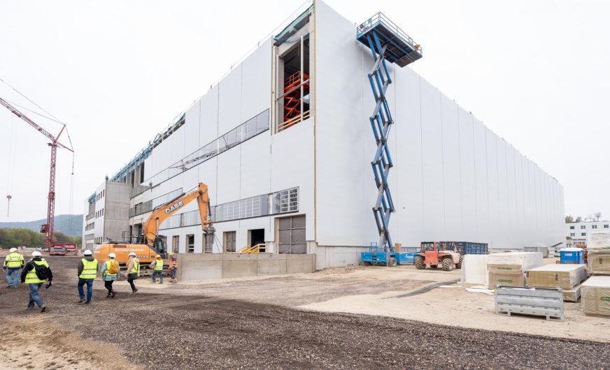 70 Mio. Euro Investment: Dachgleiche im Ikea Logistikzentrum Wien