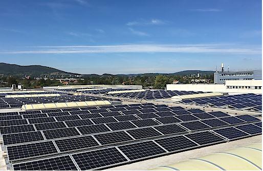 Die 1.160 Paneele große Solaranlage in Perchtoldsdorf sorgt für die Reduzierung von 83 Tonnen CO² pro Jahr