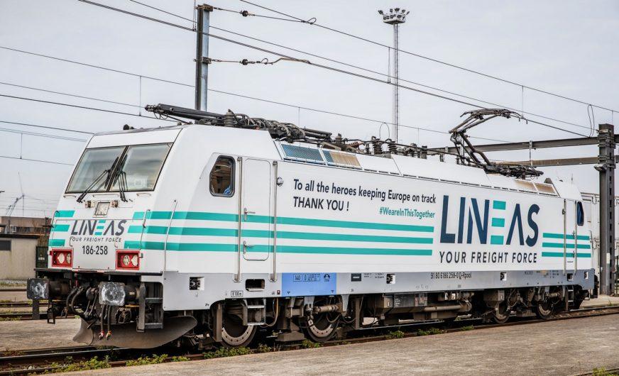Lineas-Lok ganz in Weiß fährt zu Ehren der Covid-19 Helden