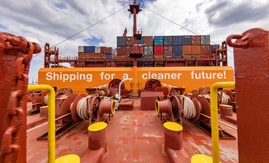 Weltweit erstes Großcontainerschiff mit Gasantrieb im Hafen Hamburg