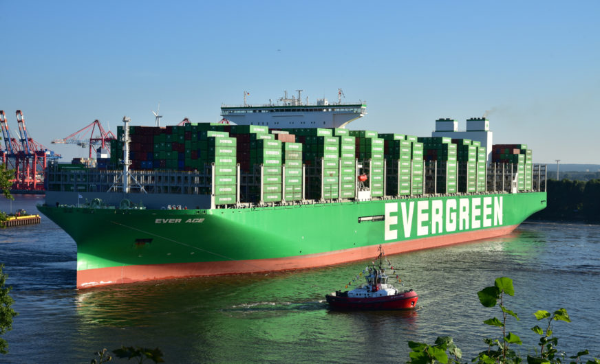 Größtes Containerschiff der Welt im Hafen Hamburg